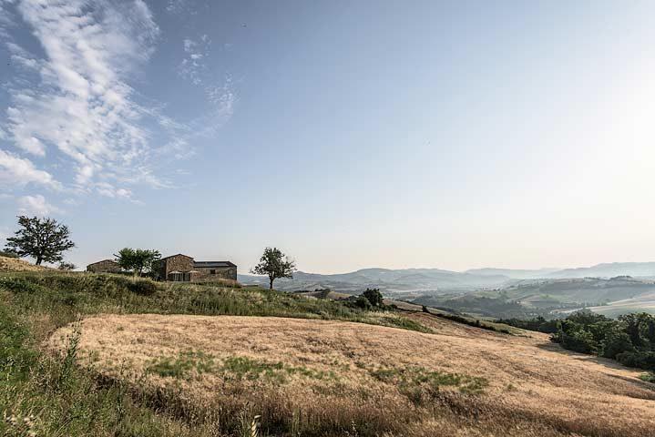 Malatesta Maison — Exterior and Marche landscape