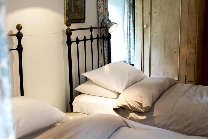 Botelet Cottages — Manor cottage twin bedroom