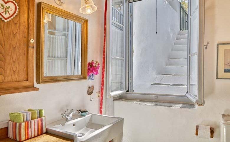 Psacharopoulos House — Bathroom