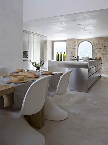 Le Marche Villa — Kitchen and dining area