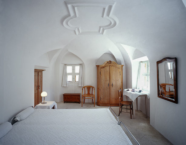 Chesa Wazzau — Bedroom with vaulted ceiling