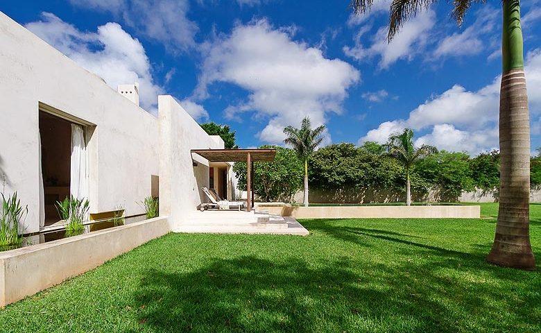 Casa Sisal — Garden and pool area