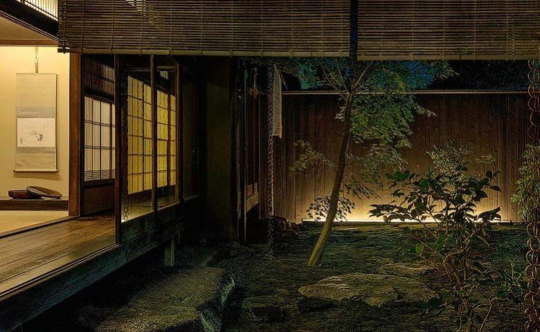 Nichinichi Townhouse — Courtyard in the evening